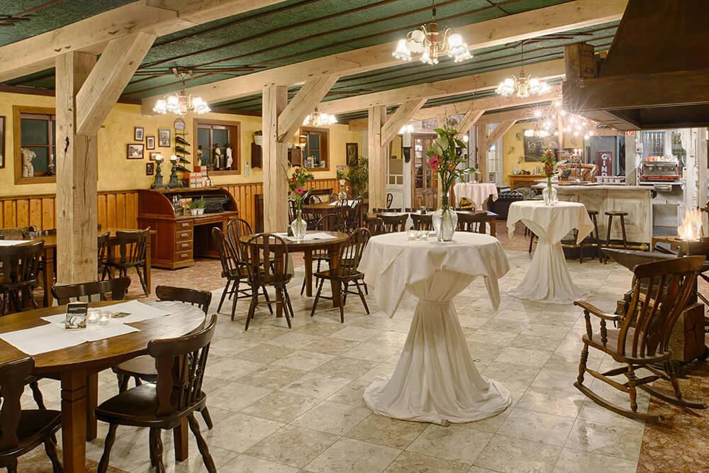 Het Grand Café beschikt over een nostalgische bar, een ruime dansvloer en een podium.