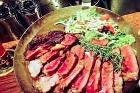 Eet onze bijzonder malse Côte à l'os als familiesteak