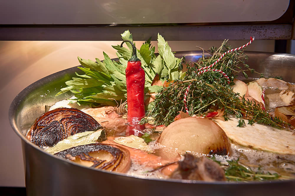 Dagelijks staan onze versbereide soepen volgens eigen recept zachtjes te pruttelen op het fornuis.