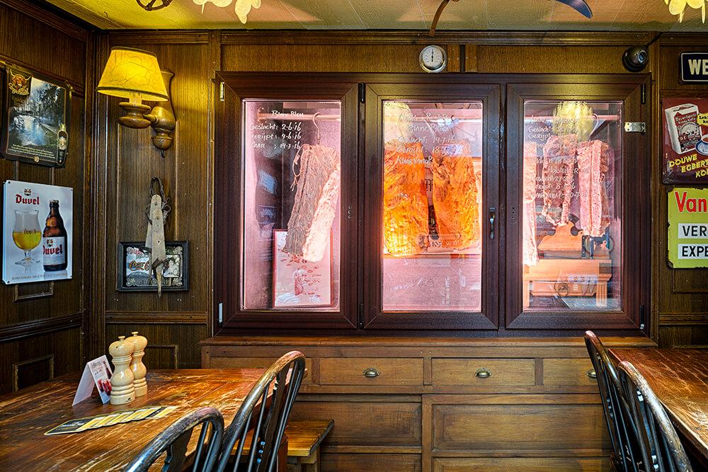 De rijpingskast bij Mareveld neemt een prominente plek in binnen het restaurant.