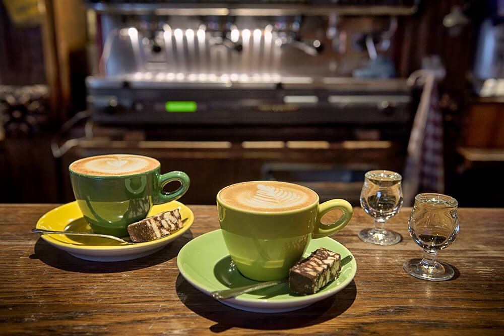 Vers kopje koffie gezet door de barista