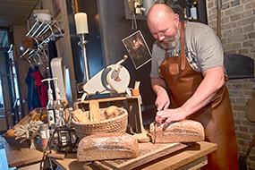 Vers gebakken brood uit eigen houtbroodoven