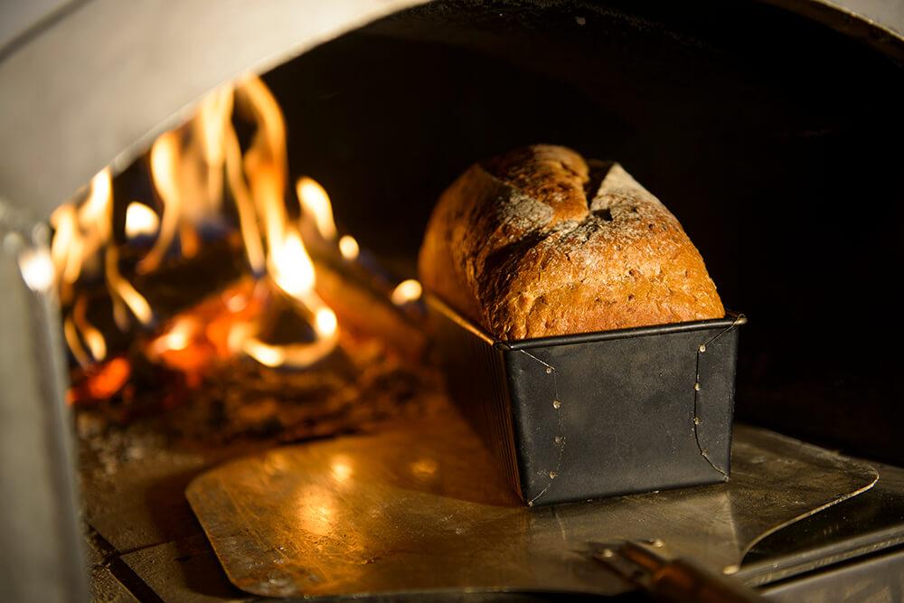 Vers gebakken brood uit eigen ambachtelijke houtbroodoven.